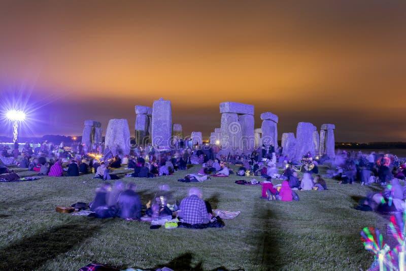 Povos que apreciam o solstício de verão em Stonehenge imagens de stock royalty free