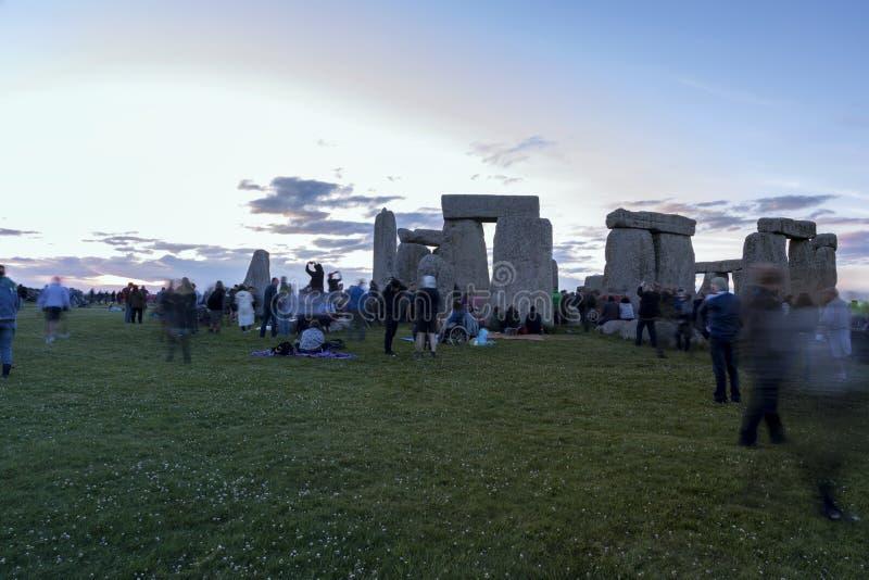 Povos que apreciam o solst?cio de ver?o em Stonehenge Inglaterra fotografia de stock