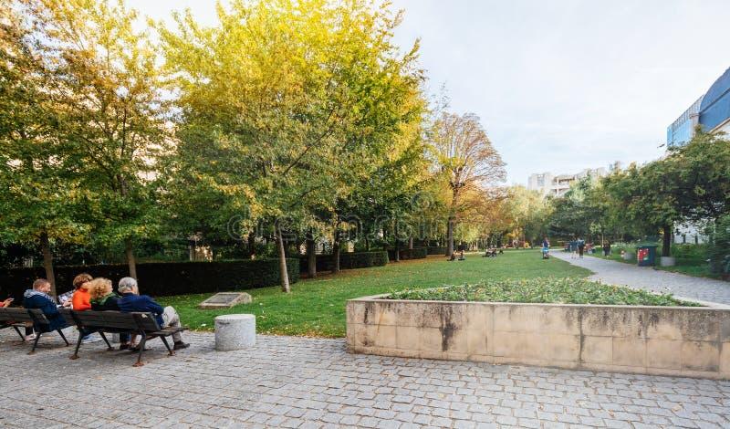 Povos que apreciam o tempo morno Paris do parque verde imagens de stock royalty free