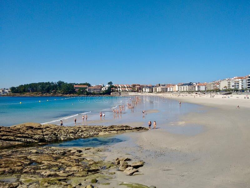 Povos que apreciam o verão na praia urbana de Silgar na Espanha de Sanxenxo Galiza imagens de stock