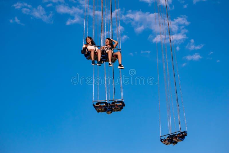 """Povos que apreciam Orlando Star Flyer É o passeio o mais alto do balanço dos """"world's que está em 450 pés na ?rea internacion fotos de stock royalty free"""