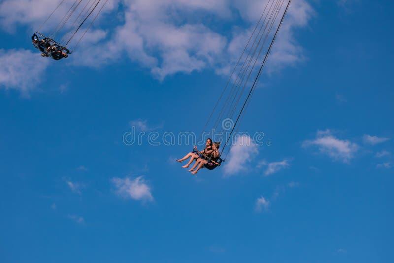"""Povos que apreciam Orlando Star Flyer É o passeio o mais alto do balanço dos """"world's que está em 450 pés na ?rea internacion imagem de stock"""