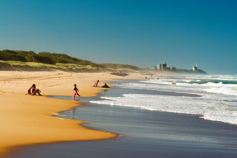 Povos que apreciam a praia fotografia de stock