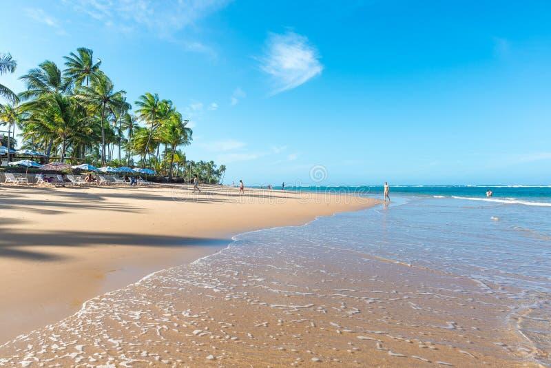 Povos que apreciam a praia espetacular em Marau fotografia de stock royalty free