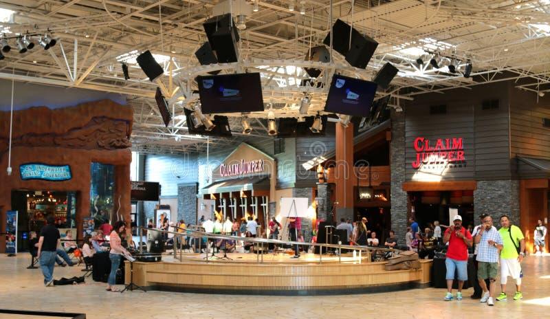Povos que apreciam um dia da compra no Opry Mills Mall, Nashville, Tennessee foto de stock