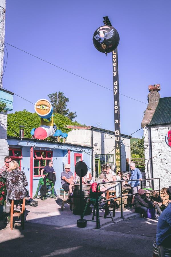 Povos que apreciam um dia ensolarado nos bares no Dingle, cidade pequena do porto no sudoeste da península do Dingle da Irlanda imagem de stock royalty free