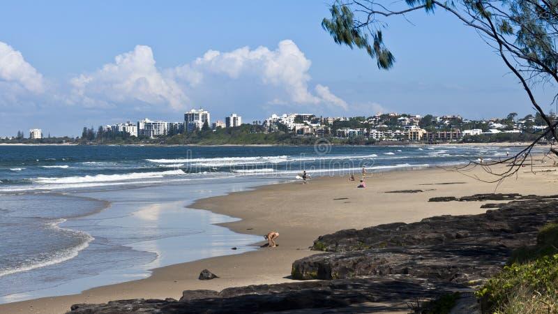 Povos que apreciam uma praia Uncrowded fotografia de stock