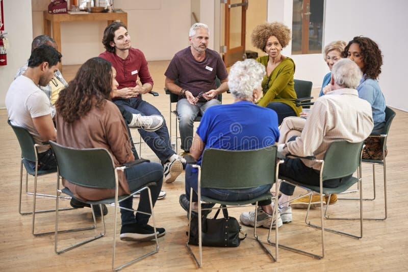 Povos que assistem à reunião de grupo da terapia da autonomia no centro comunitário fotografia de stock royalty free
