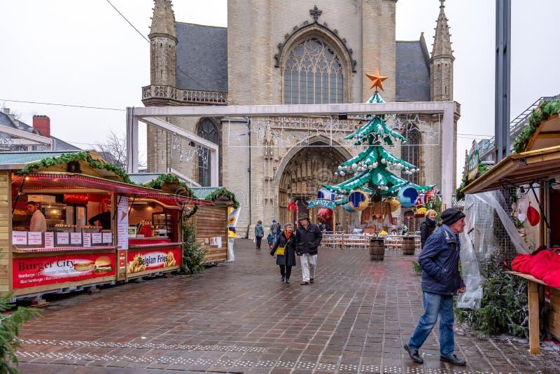 Povos que atendem ao mercado do Natal da manhã nevoenta adiantada em Ghent fotos de stock