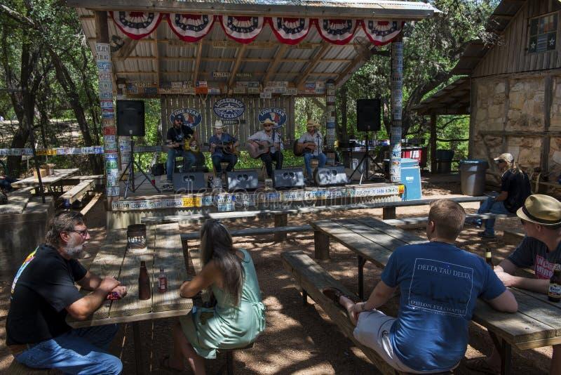 Povos que atendem a um concerto da música country em Luckenbach, Texas imagens de stock