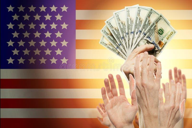Povos que aumentam as mãos com dólares e a bandeira americana no fundo Conceito patriótico fotos de stock