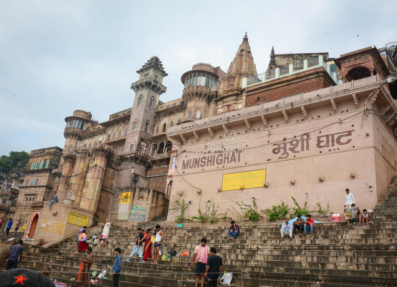 Povos que banham-se em Munshi Ghat em Varanasi, Índia imagens de stock royalty free