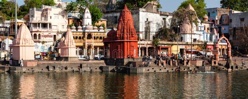 Povos que banham-se no rio sagrado de Rhipra em ghats da cidade santa de Ujjain foto de stock