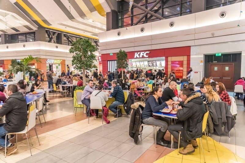 Povos que comem a comida rápida em Kentucky Fried Chicken Restaurant fotografia de stock royalty free