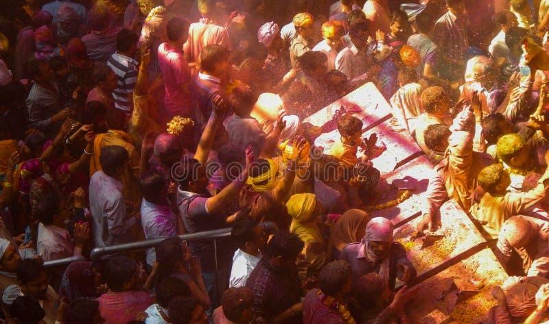 Povos que comemoram o holi o festival das cores dentro de um templo, fotografia de stock royalty free