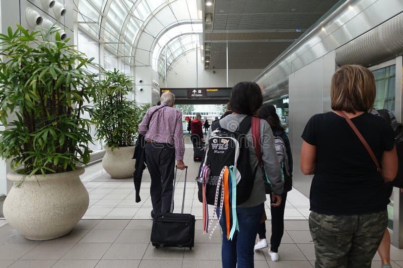 Povos que competem através de Orlando Airport fotografia de stock