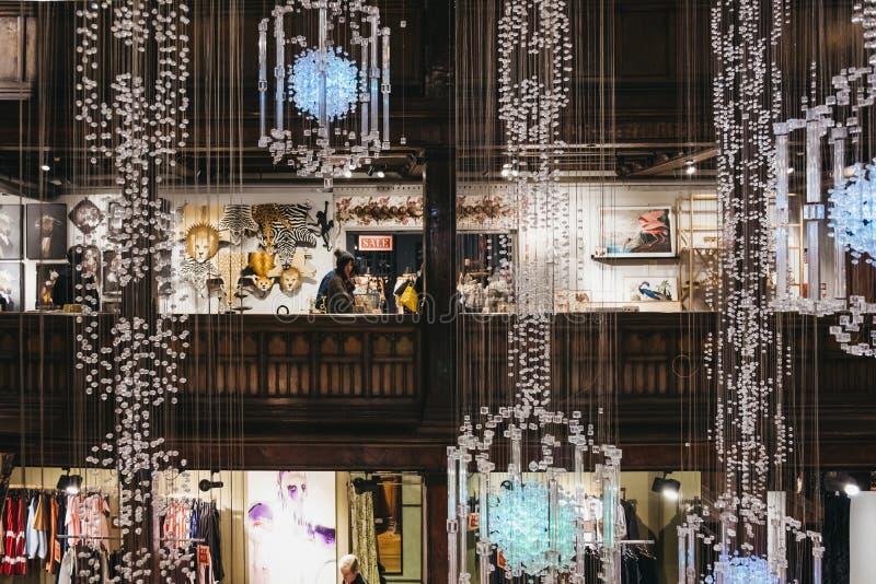 Povos que compram dentro de Liberty Department Store em Oxford Circus, Londres, Reino Unido imagem de stock royalty free