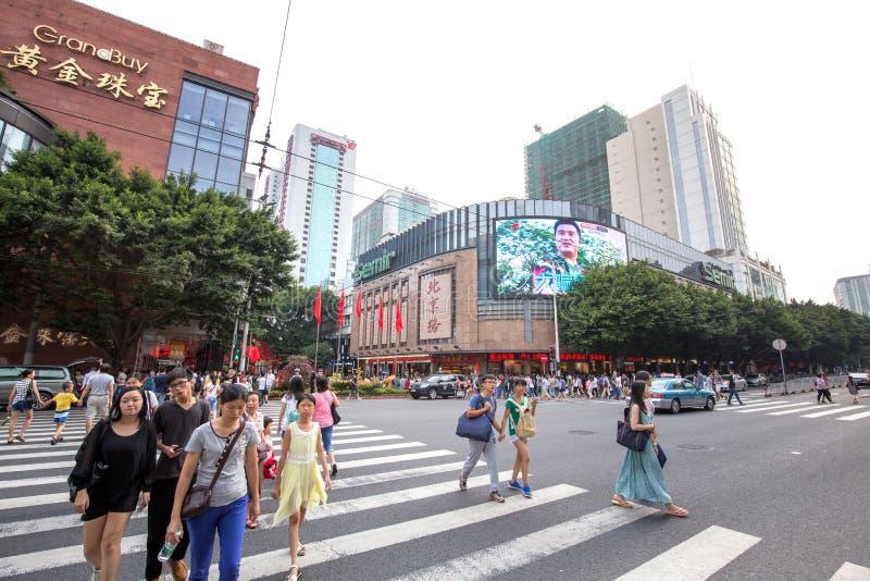 , Povos que compram na estrada de beijing do centro da cidade fotos de stock