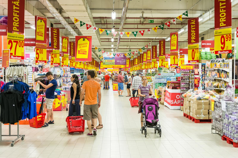 Povos que compram no corredor da loja do supermercado fotos de stock
