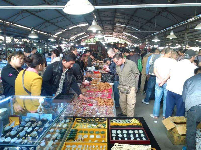 Povos que compram no mercado do jade fotografia de stock royalty free