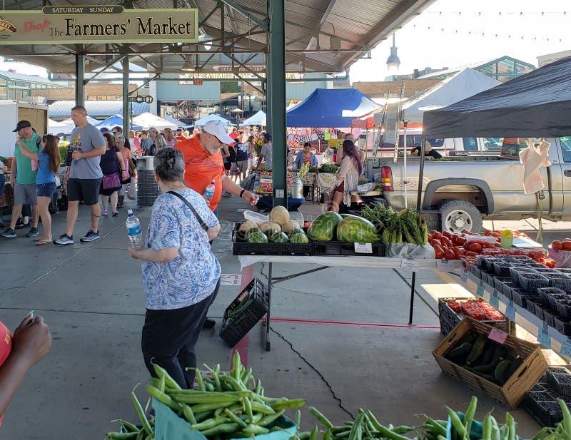 Povos que compram no weekendview Kansas Missouri do mercado do fazendeiro foto de stock royalty free