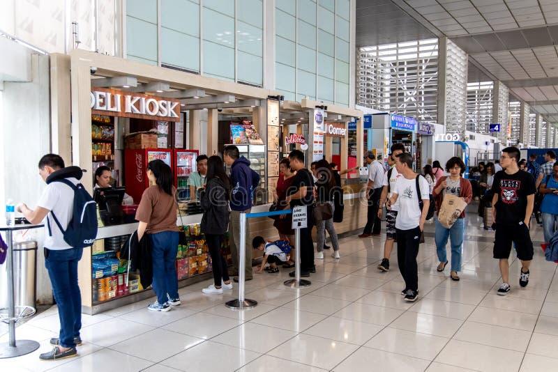 Povos que compram o alimento em uma praça da alimentação no terminal de aeroporto 2 de NAIA, Manila, Filipinas imagem de stock royalty free