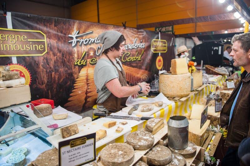 Povos que compram o queijo tradicional francês imagens de stock