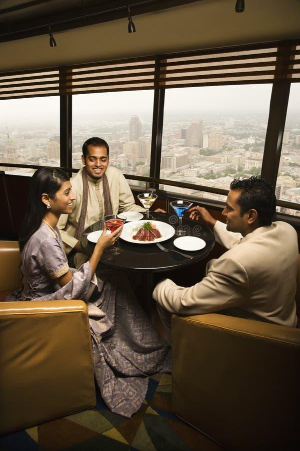 Povos que conversam no restaurante fotografia de stock royalty free