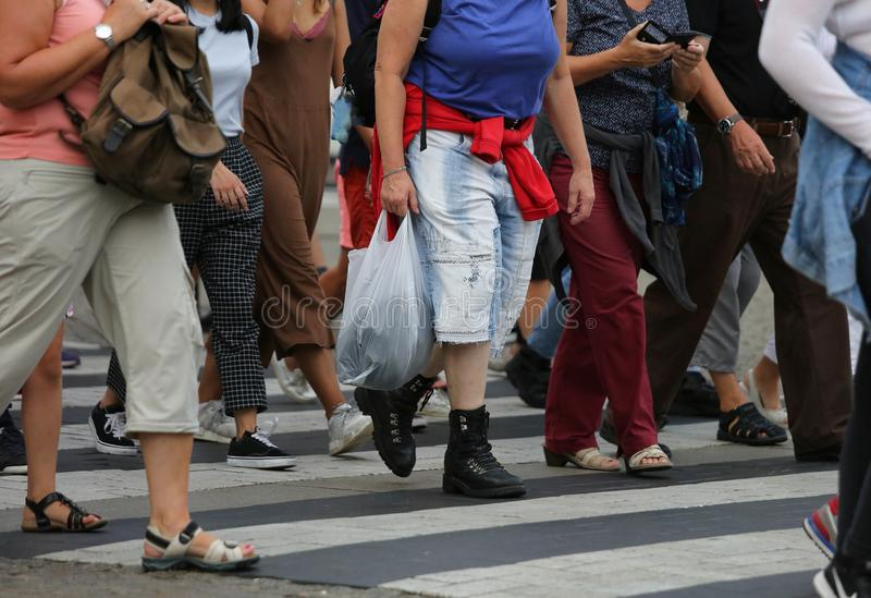povos que cruzam o cruzamento pedestre na rua fotos de stock royalty free