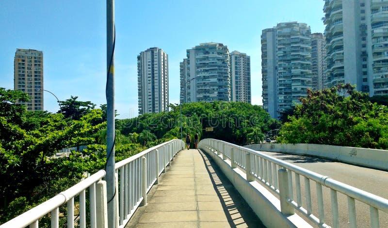 Povos que cruzam uma ponte em Barra da Tijuca, Brasil fotografia de stock royalty free