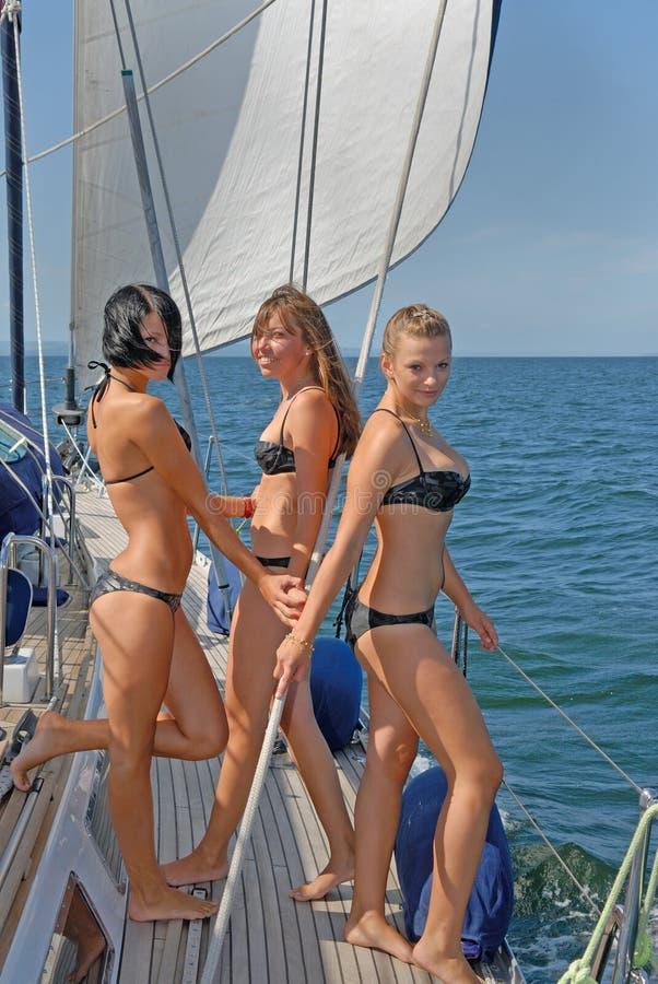 Povos que dão uma volta em iate no mar fotos de stock royalty free