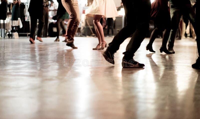 Povos que dançam no partido da música fotos de stock