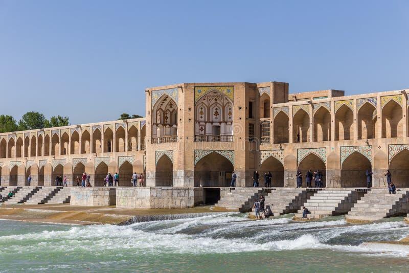 Povos que descansam na ponte antiga de Khaju, (Polo Khaju), em Isfahan, Irã fotografia de stock