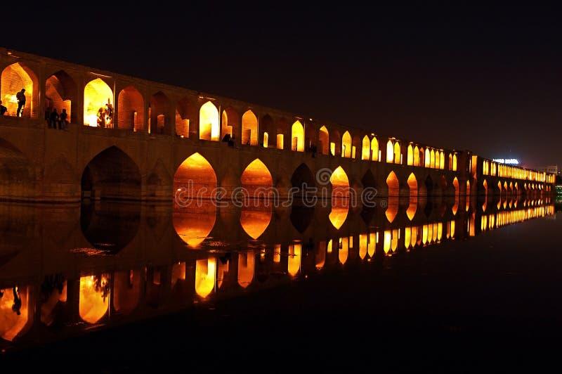 Povos que descansam na ponte de 33 arcos, Isfahan, Irã foto de stock