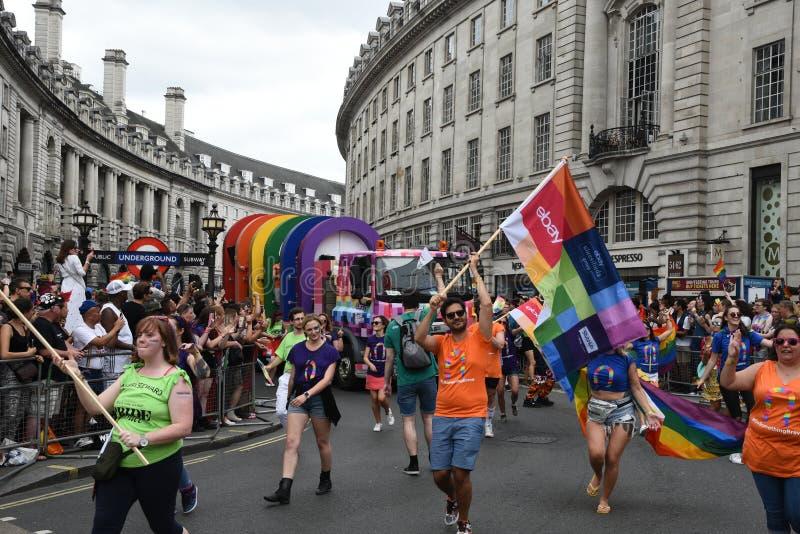 Povos que desfilam em Pride Parade 2019 na cidade de Londres, Reino Unido imagem de stock