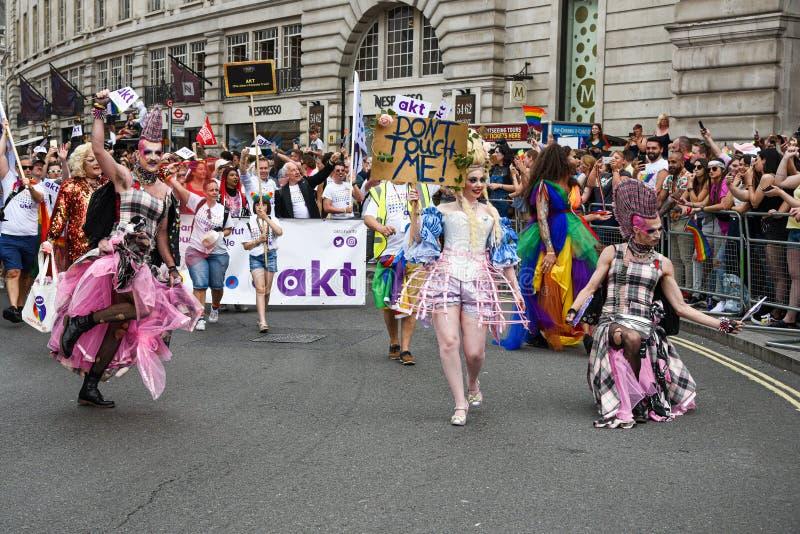Povos que desfilam em Pride Parade 2019 na cidade de Londres, Reino Unido fotografia de stock
