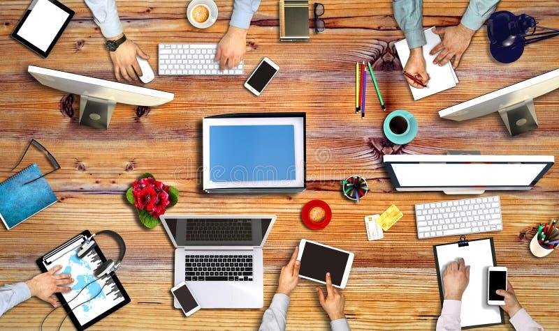Povos que encontram o conceito de trabalho incorporado de Technolog fotografia de stock