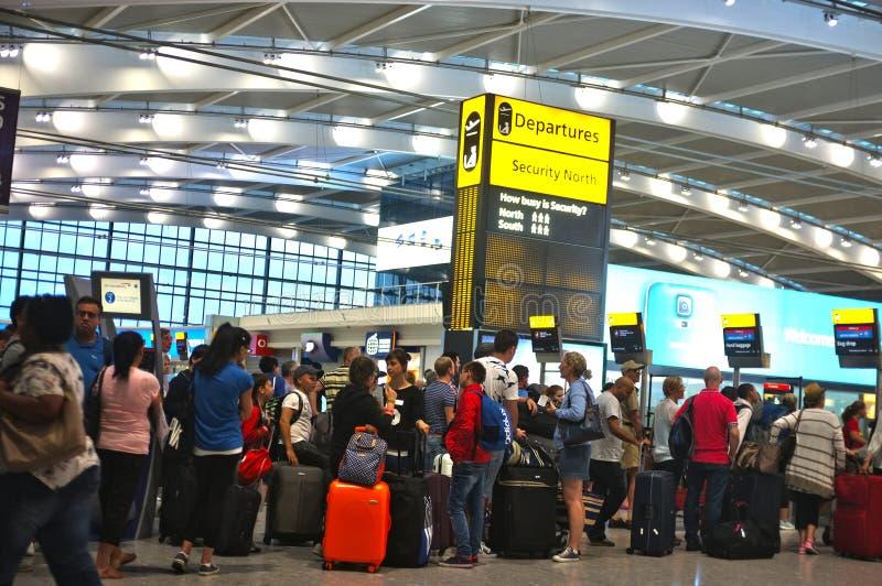 Povos que enfileiram-se no aeroporto foto de stock