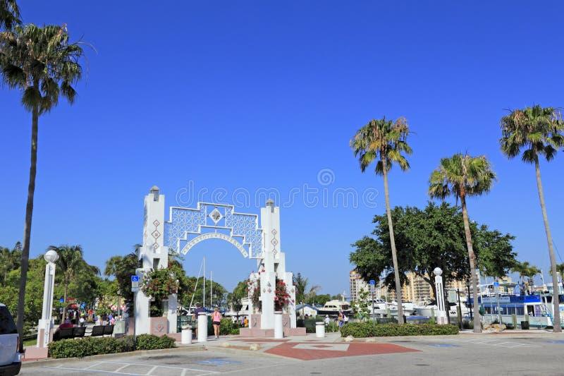Povos que entram em Sarasota Bayfront fotografia de stock royalty free