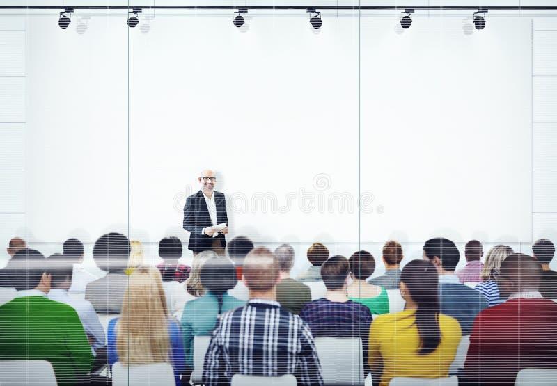 Povos que escutam a apresentação do orador imagem de stock