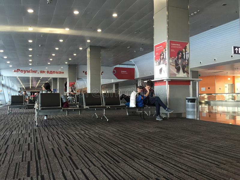 Povos que esperam no terminal de aeroporto internacional pela partida em Ucrânia imagens de stock royalty free