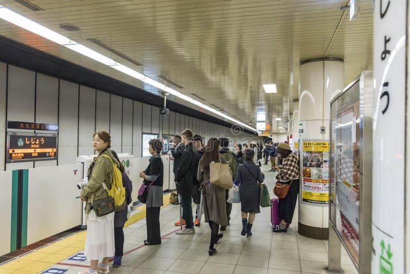 Povos que esperam o metro Japão de Kyoto fotografia de stock