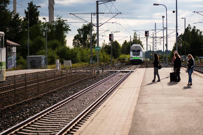 Povos que esperam o trem na estação de Vammala, Finlandia fotografia de stock