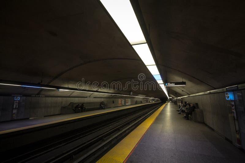Povos que esperam um metro na plataforma da estação do DES Neiges da costa, linha azul, no sistema do metro de Montreal foto de stock