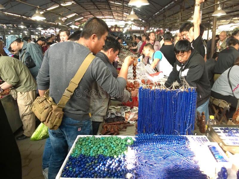 Povos que fazem a compra no mercado do jade foto de stock royalty free