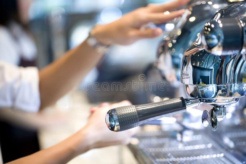 Povos que fazem o café fotos de stock royalty free