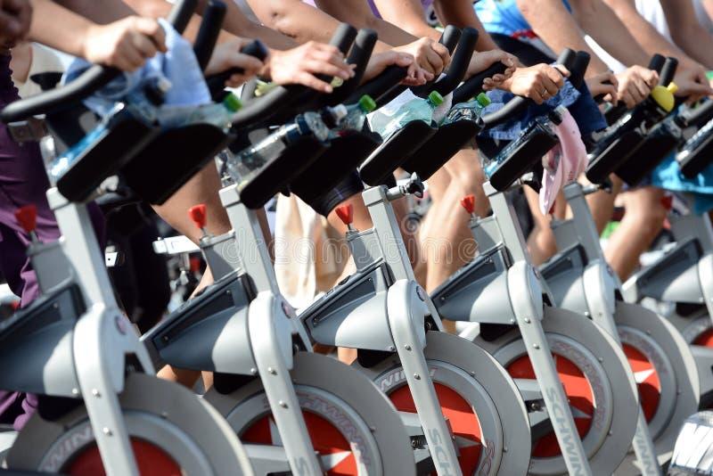 Povos que fazem o exercício em uma bicicleta no parque de Izvor foto de stock royalty free