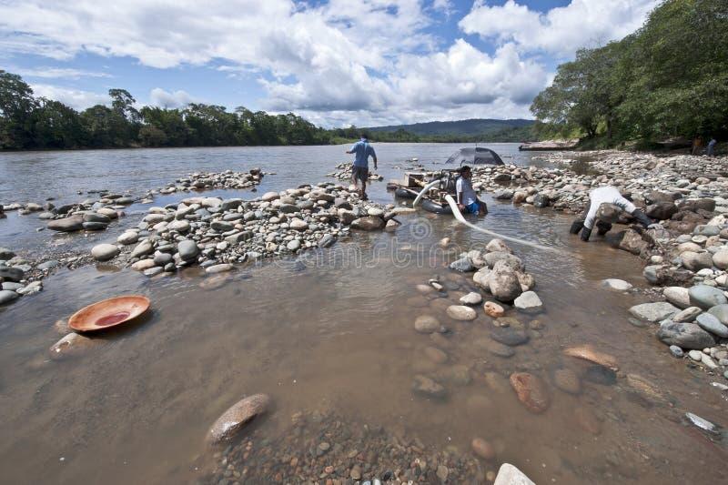 Povos que filtram para o ouro no rio de Napo, Equador imagens de stock