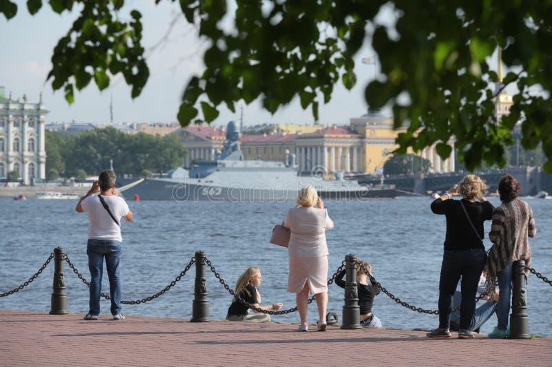 Povos que fotografam o navio do russo que prepearing para a parada do dia da marinha em St Petersburg, Rússia fotos de stock royalty free