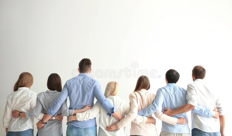 Povos que guardam as mãos no fundo claro fotografia de stock royalty free